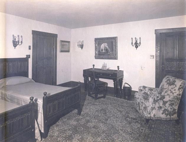 Hud's bedroom_1